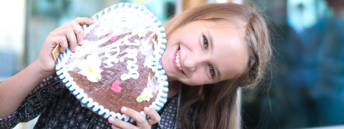 Mädchen mit Lebkuchenherz