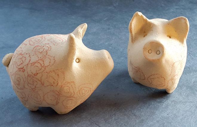 Zwei Glückschweine aus Ton