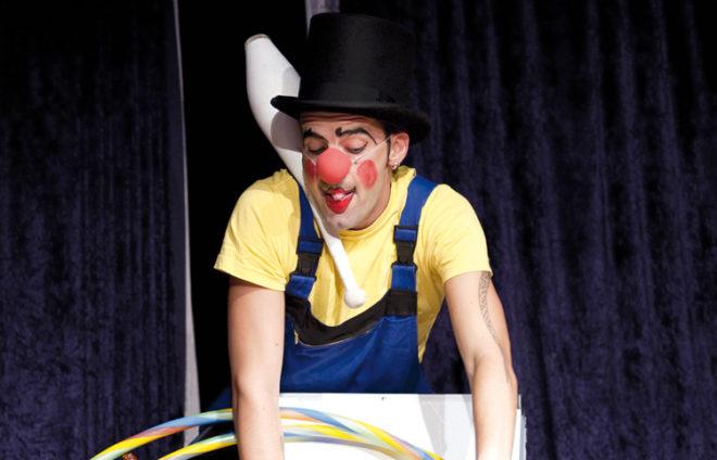 Clown mit Hut und Bowlingkegel