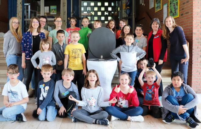 Schülerinnen und Schüler präsentieren Papierausstellung