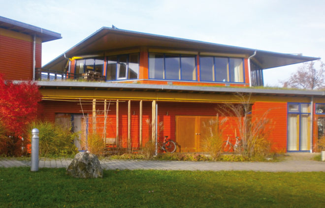 Ein rotes, modernes Haus