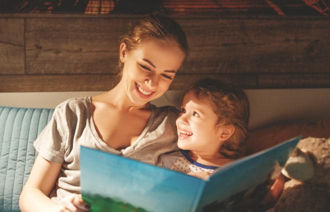 Mutter liest ihrer Tochtet etwas vor