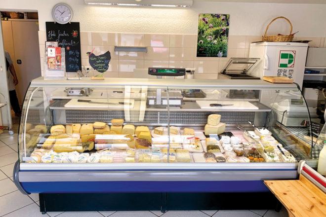 Eine Käsetheke in einem Laden