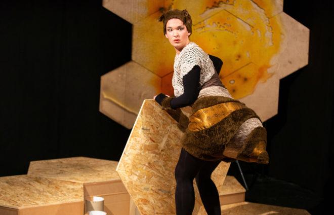 Eine Schauspielerin in einem Bienenkostüm
