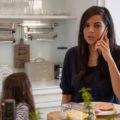 Collien Ulmen-Fernandes telefoniert in der Küche