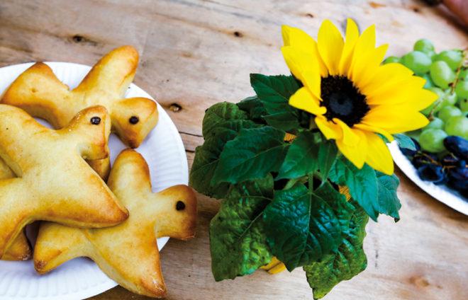 Gebäck und Sonnenblume auf dem Tisch