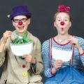 Zwei weibliche Clowns