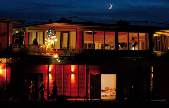 Eukitea-Gebäude von außen in der Nacht