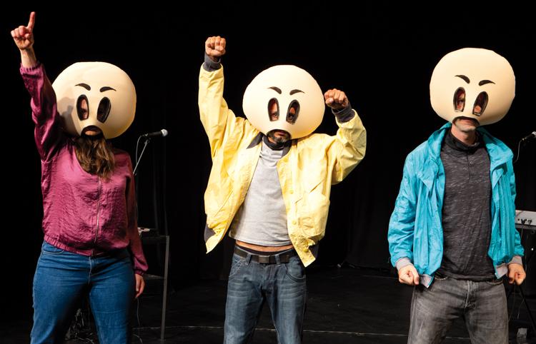 Schauspieler mit Emoji-Köpfen