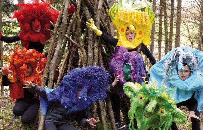 Als Monster verkleidete Kinder in einem Wald