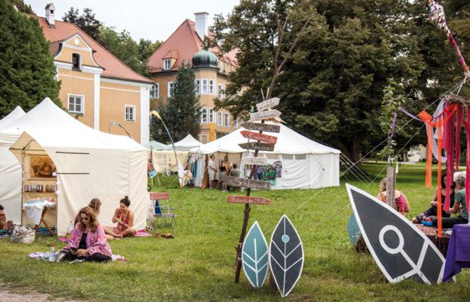 Schloss Blumenthal mit Festivalbesuchern