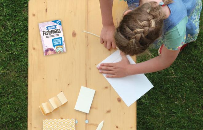 Mädchen bastelt mit Papier