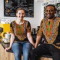 Die Besitzer von MAK Coffee auf den Tresen sitzend