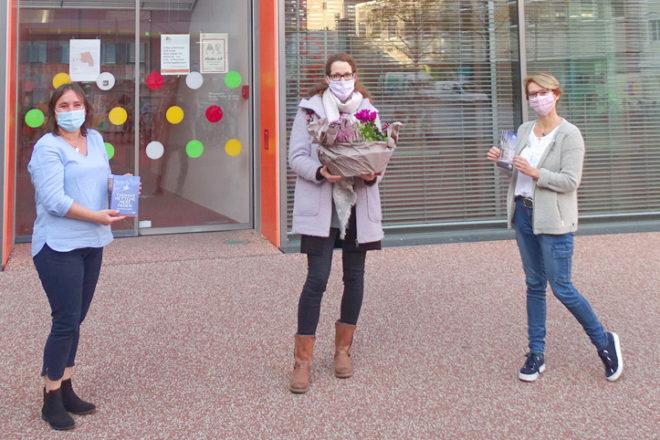 Martina Wild und Tanja Erdmenger begrüßen fünfmillionste Büchereibesucherin