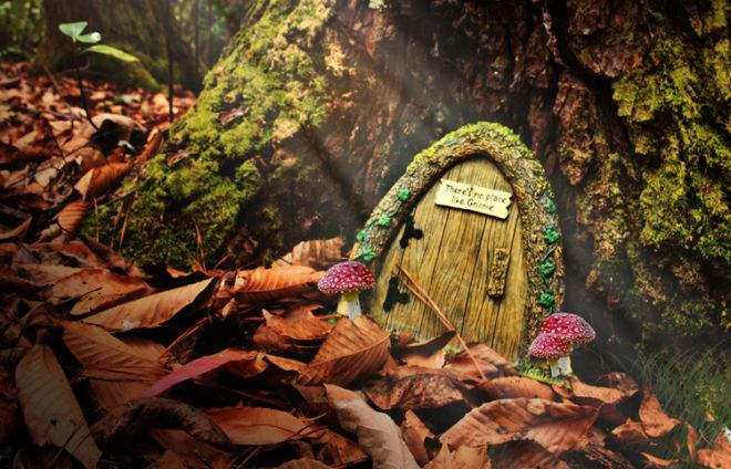 Eingangstür am Baum für Zwerge