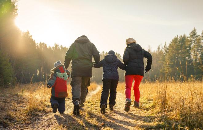Familie spaziert im Wald