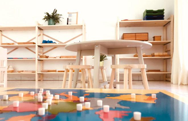 Ein Raum mit Spielbrett, Tisch und Regalen