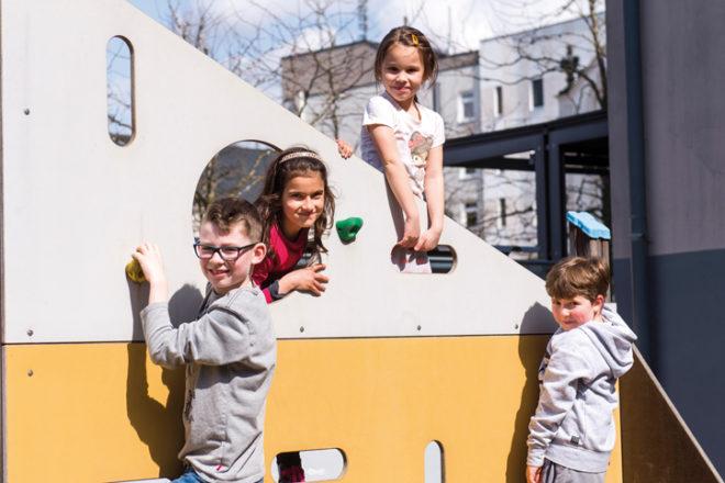 Mehrere Kinder an einem Spielgerät