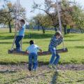 Drei Kinder auf der Schaukel