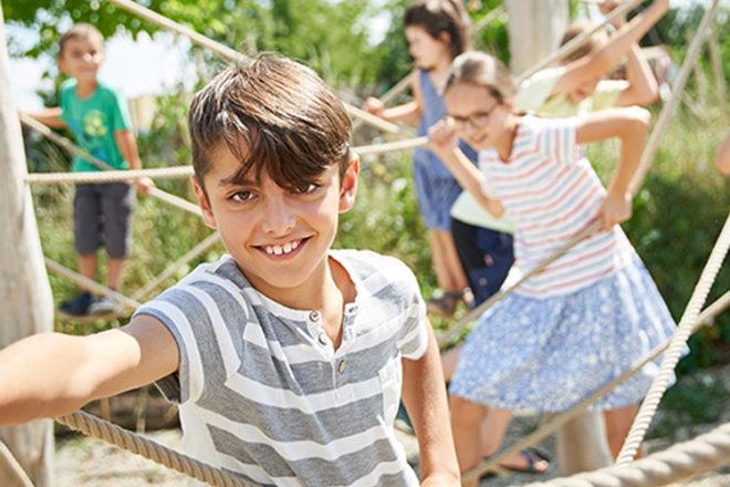 Mehrere Kinder auf einem Klettergerüst