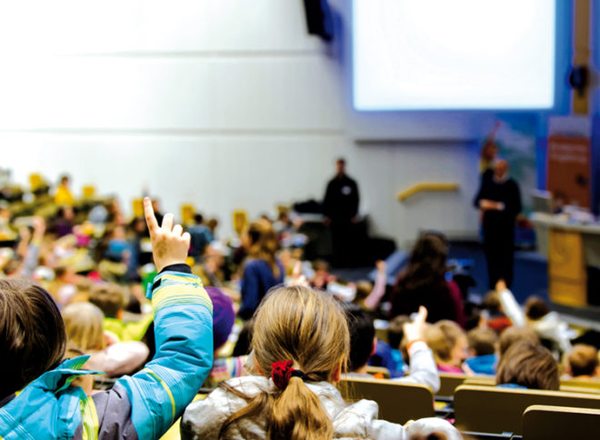 Kinder in einem Augsburger Vorlesesaal