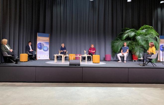 Bühne mit Menschen aus der (nachhaltigen) Berufswelt