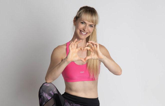 Bodybalance Renate zeigt ein Herz mit ihren Händen