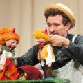 Schauspieler spielt mit Puppen Jack und die Zauberbohne