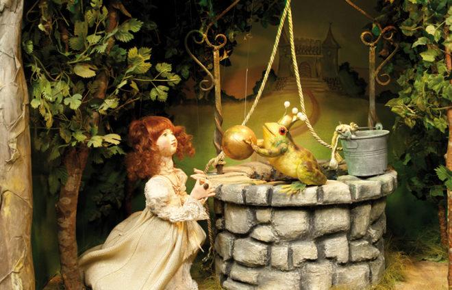 Dioramafoto vom Froschkönig in Puppenform