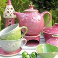Selbstgetöpferte Waren in Rosa, Grün und Weiß