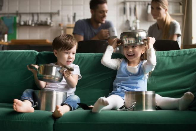 Kinder spielen mit Töpfen
