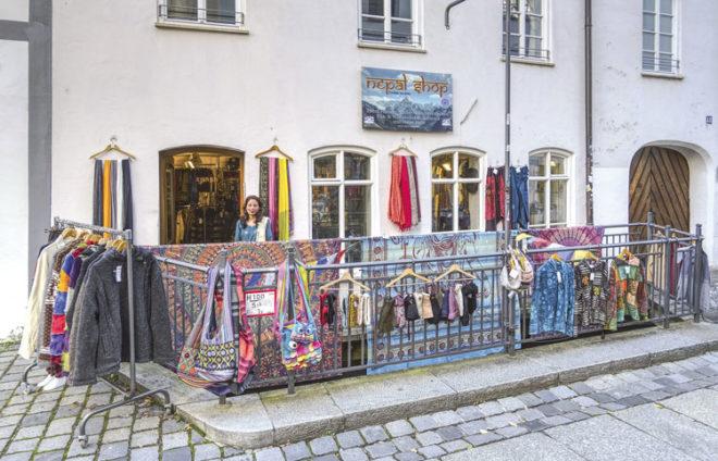 Barsha mit ihrem Nepal Shop