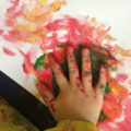 Farbverschmierende Kinderhand