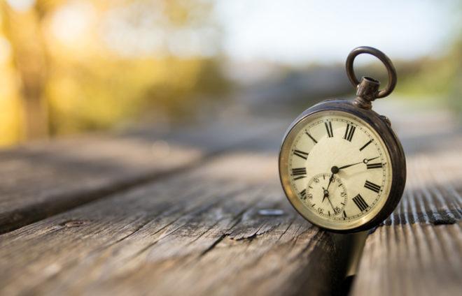 Eine alte Uhr auf einer Bank