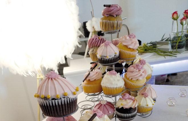 Viele Cupcakes auf zwei Ständern