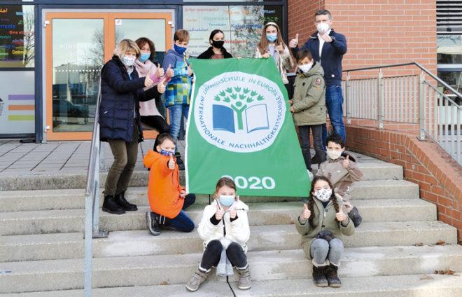 """Lehrpersonal und Schüler*innen von der ISA mit Auszeichnung """"Umweltschule Europa/Internationale Nachhaltigkeitsschule"""""""