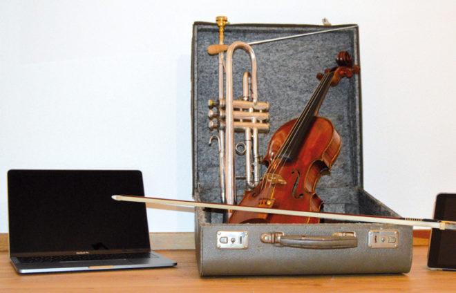 Konzertkoffer mit Geige und Laptop