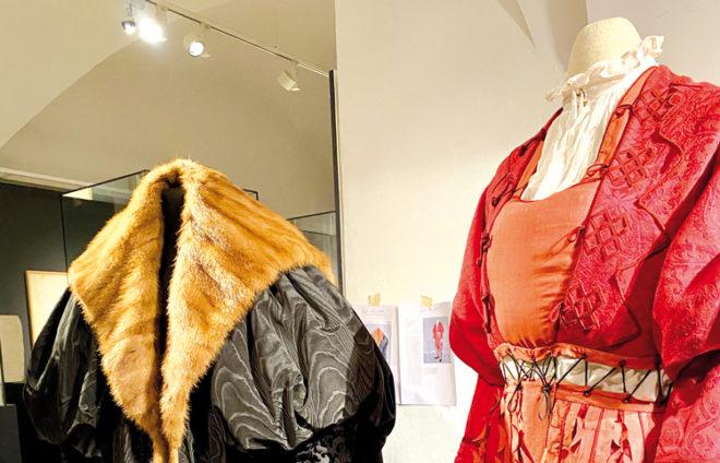 Zwei zeitgenössische Kleidungsstücke aus einem Augsburger Museum