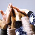 Mehrere Hände, die sich berühren