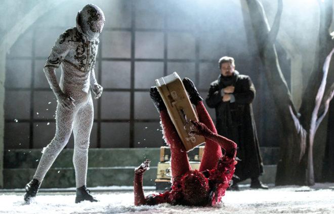 Drei Kreative in Wintermontur auf einer Bühne