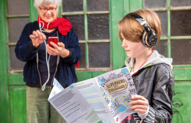 Ein Teenager schaut sich eine Augsburger Karte an