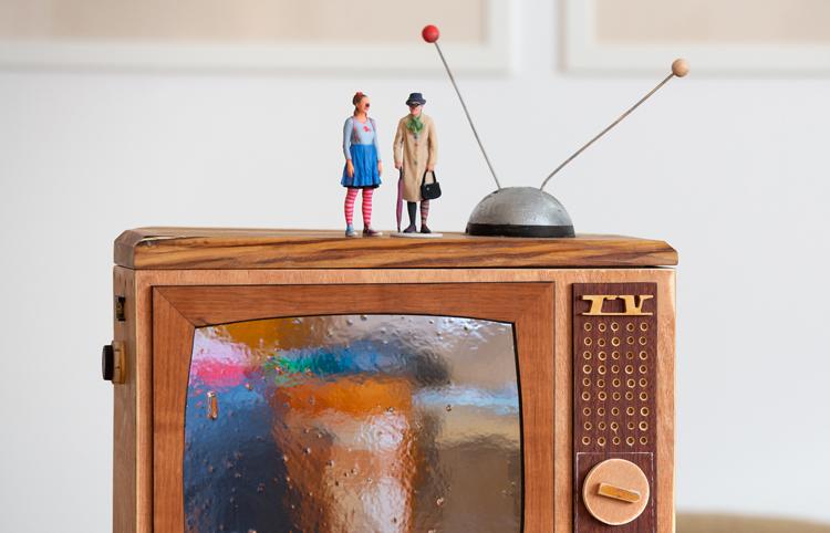 3D-gedruckte Clowninnen auf einem Retrofernseher