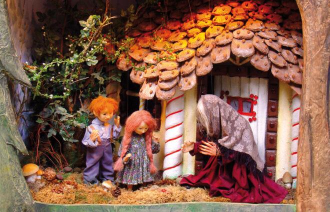 Hänsel und Gretel mit der Hexe - Holzfigurendarstellung von Ullrich Styra