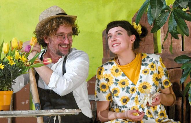 Schauspieler im Garten auf der Bühne