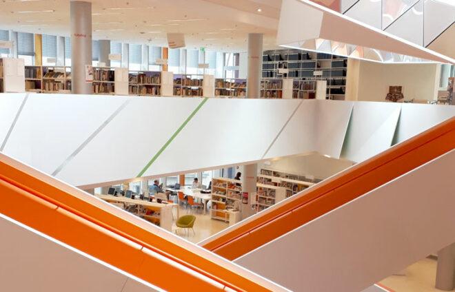 Das Innere der Stadtbücherei Augsburg