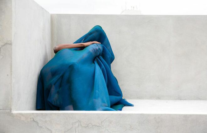 Mensch unter einer Decke