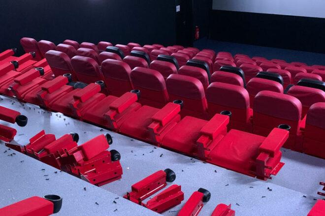 Kinosaal mit Sesseln, teils auseinandergenommen