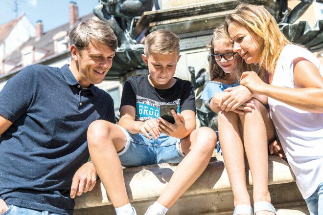 Familie mit Faltplan in der Innenstadt Augsburg
