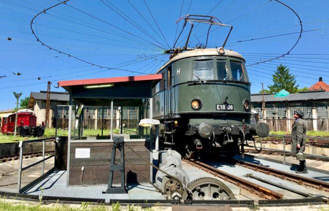 Drehscheibe mit Zug