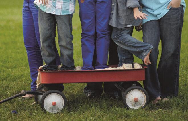 Familie auf und um einem Bollerwagen